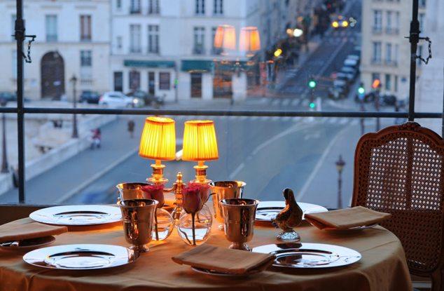 Une table à la tour d'argent avec vue sur Paris